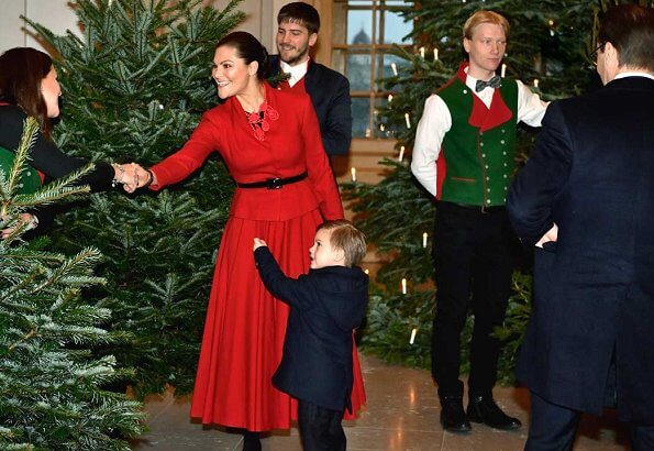 Crown Princess Victoria, Prince Daniel and Prince Oscar received Christmas trees. Victoria wore a red skirt and jacket