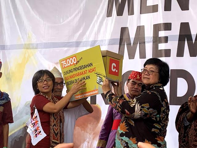 Masyarakat Adat Serahkan Petisi online kepada Menteri KLHK