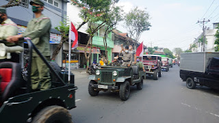 Kampanyekan Penanganan Covid-19, Tentara Jepara Keliling Pakai Kostum Ala Pejuang Sambil Naik Jeep Perang.