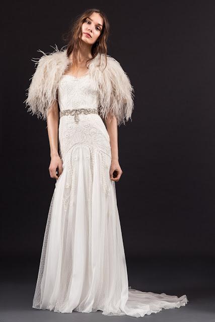 Vestido de novia de Temperley London 2017 con capa de plumas - Foto: www.vogue.es