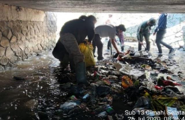 Satgas Citarum Sektor 21-13 dan Tim Gober Bersihkan Aliran Terusan Sungai Cibereum