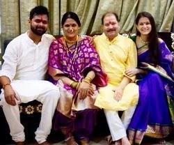 रेवती लेले अपने परिवार के साथ | revati lele with her family