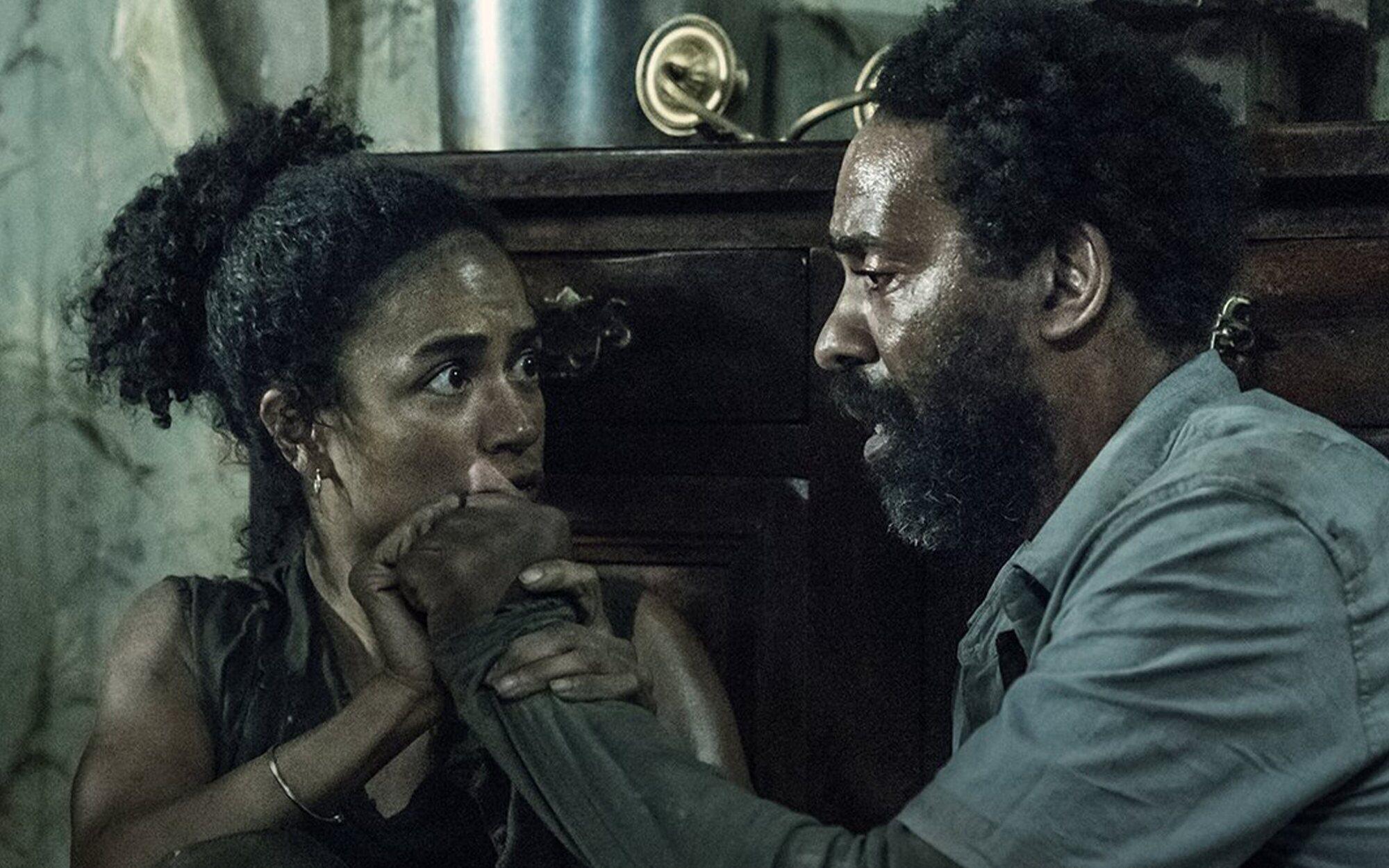 Connie y Virgil en la casa del terror del episodio 11x06 de The Walking Dead