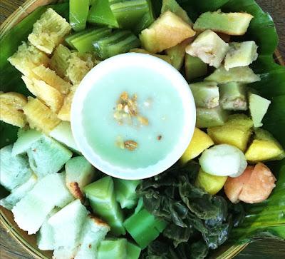 Bánh da lợn, bánh lá rau mơ, bánh bò, bánh chuối ăn kèm nước cốt dừa (ảnh T.V.)