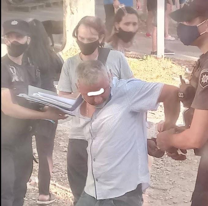 Un Acosador en la Linea A, sacó fotos de las piernas a una joven y pasajeros lo retuvieron, fue detenido en VGG
