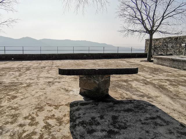 Draguć kameni stol
