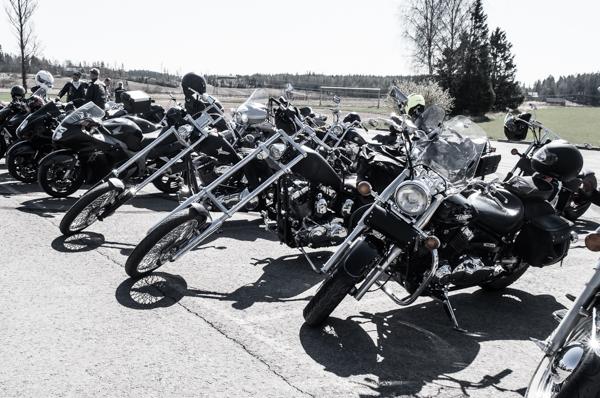 chopper harley davidson softail sporster moottoripyörillä ajo ryhmässä