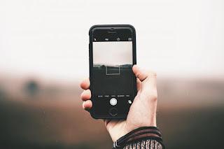 Quelqu'un prend une photo avec un smartphone