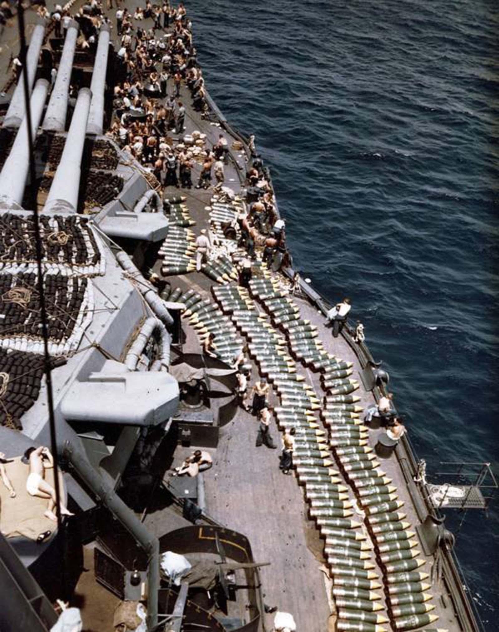 Csapatok és lövedékek állnak az USS New Mexico csatahajó fedélzetén.  Guam inváziója, 1944.
