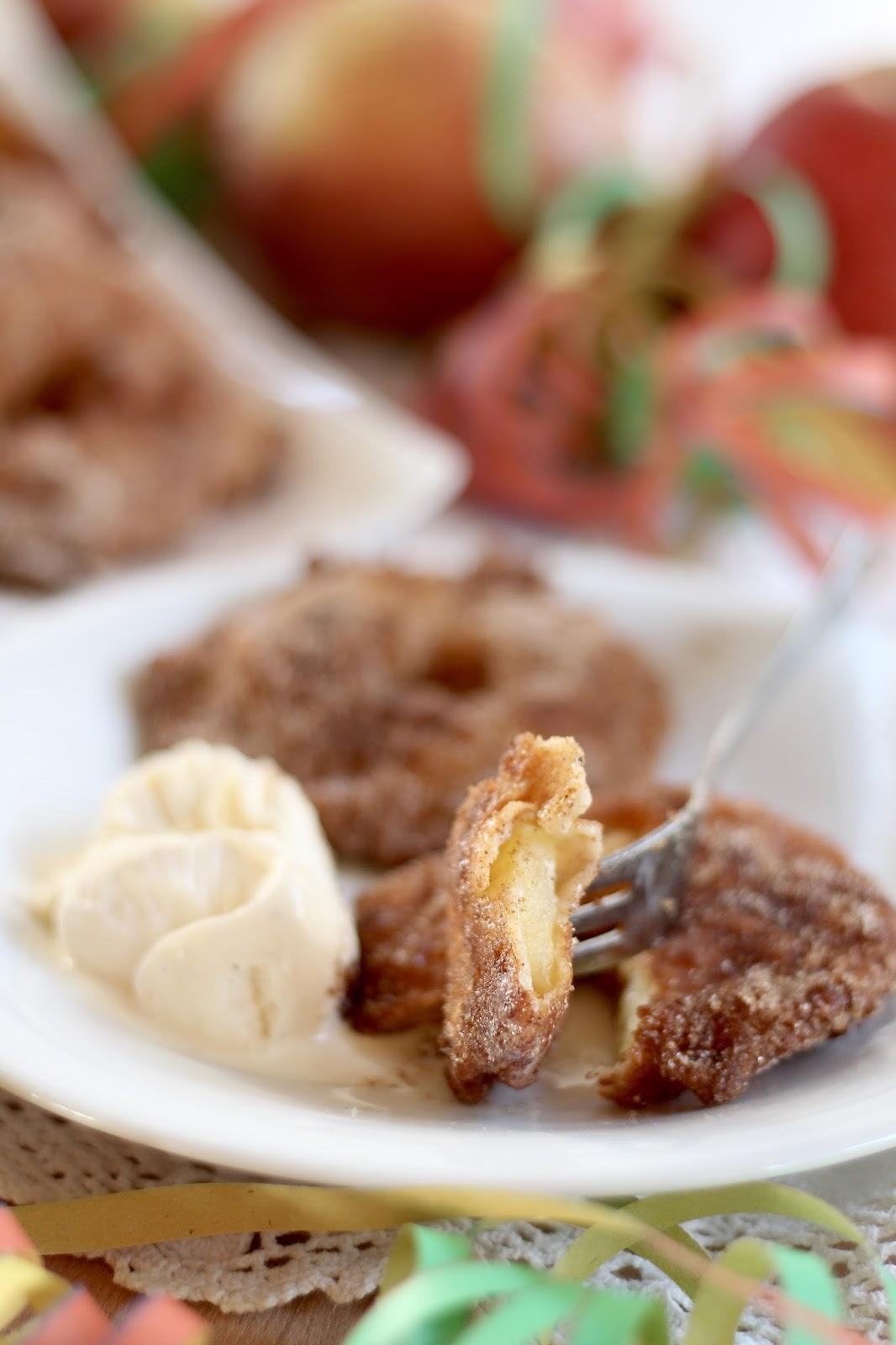 Apfelküchlein mit Vanilleeis und mit Zucker und Zimt