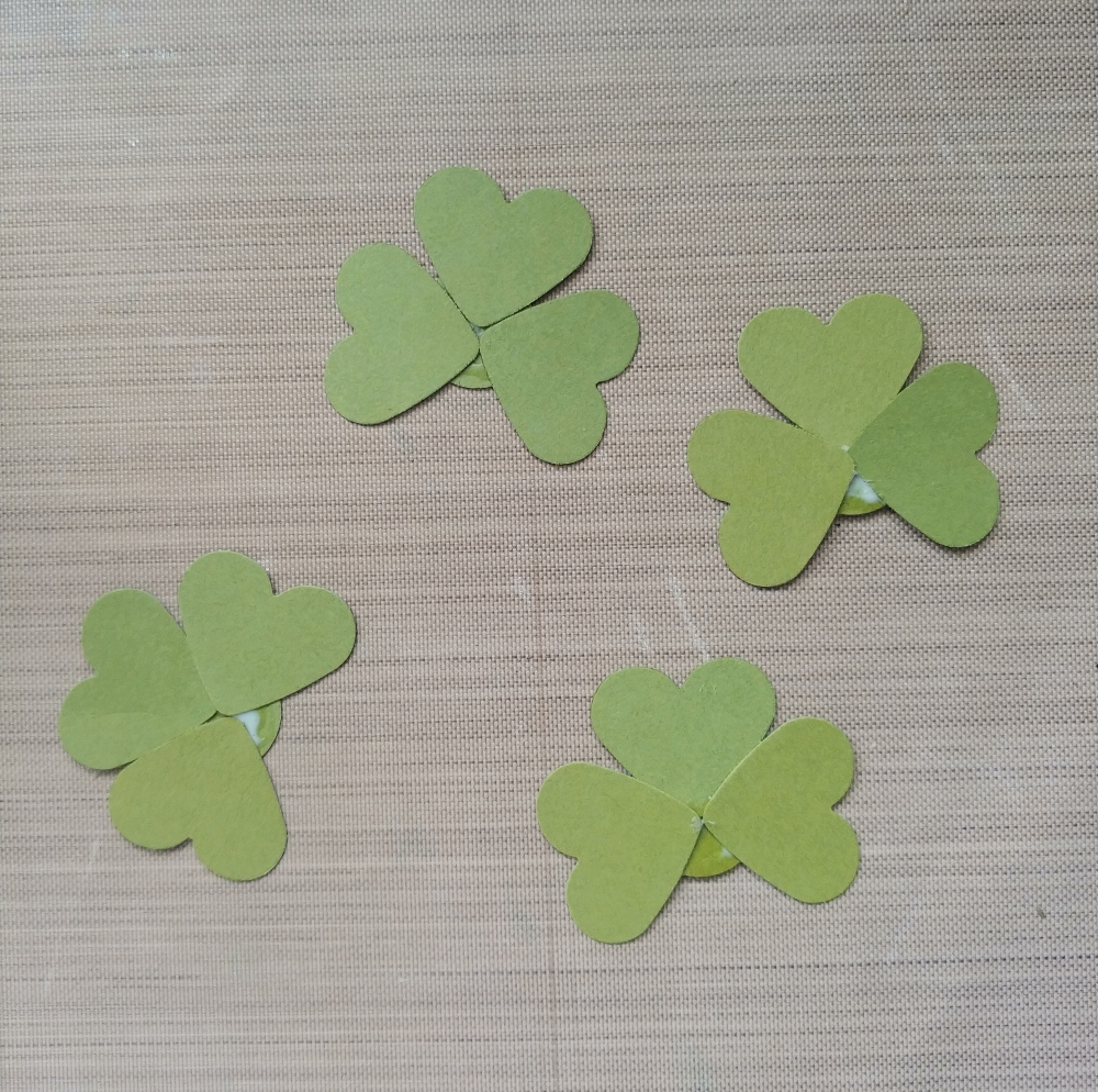 make paper clovers