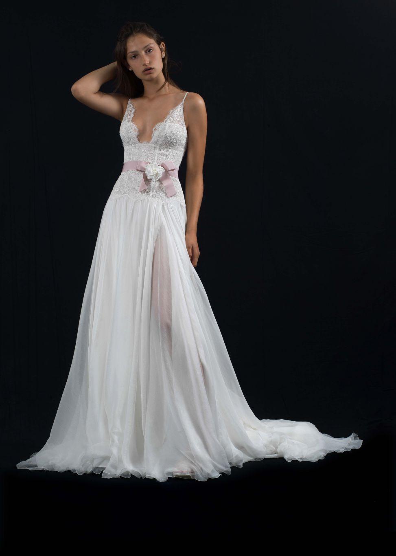 58028a9bf3026 Per il 2018 le acconciature naturali vincono sulle altre. Un abito da sposa  romantico si abbina alla perfezione con una bella ed elegante acconciatura  da ...