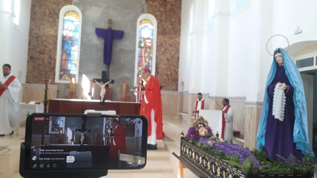 Milhares de católicos acompanharam em casa a celebração da Paixão do senhor através da rede social do Amazoon notícia e Diocese de Óbidos.