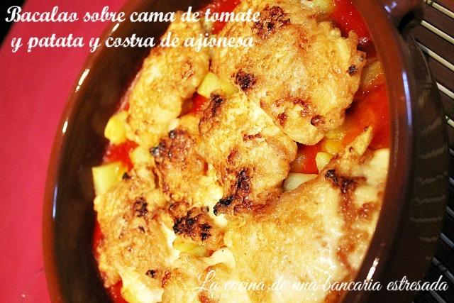 Receta de bacalao sobre cama de tomate y patata y costra de ajionesa