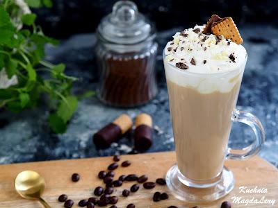 Smakowa kawa latte z białą czekoladą