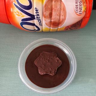Crème gourmande à l'Ovomaltine avec une étoile à la pate à tartiner Ovomaltine Crunchy