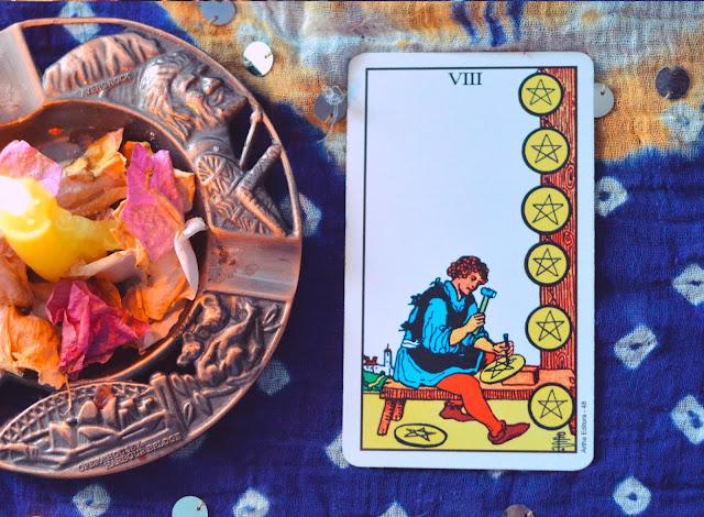 Saiba o significado da Carta do 8 de Ouros no Tarot do amor, dinheiro e trabalho, na saúde, como obstáculo ou invertida e como conselho.
