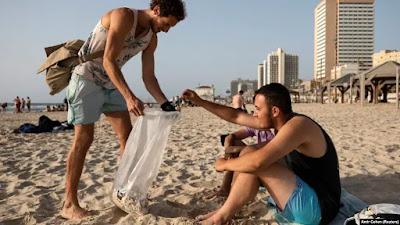 Bagi Pemulung Puntung Rokok di Israel, Setiap Hari adalah Hari Bumi