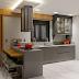 Cozinha cinza, verde e amadeirada com cooktop em ilha, marcenaria clássica e cristaleira!