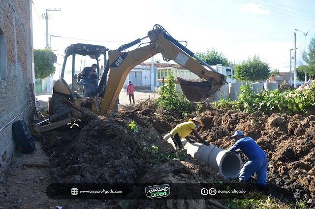 Prefeitura de Amparo realiza melhoramento da rede de drenagem de águas pluviais próxima ao Colégio Ildefonso A. da Silva