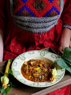 https://salzkorn.blogspot.com/2019/10/erntedank-eintopf-mit-zucchini-paprika.html