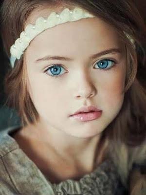 صورة بنت جميلة بعيون زرقاء اللون