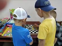 Мальчики играют в шашки школьный лагерь Усмішка бібліотека-філія №4 М.Дніпро