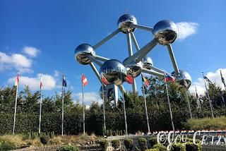Les drapeaux européen et l'atomium, parc Mini-Europe, Bruxelles