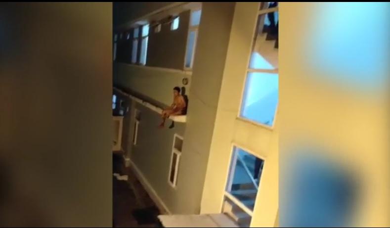 Người đàn ông cắt bộ phận sinh dục, dọa nhảy từ tầng 23 ,tiếp tục quậy phá sau khi về đến bệnh viện