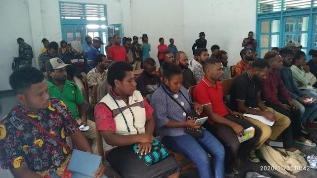 Dua jurnalis papua latih puluhan pemuda tentang cara menulis kronologi suatu kejadian
