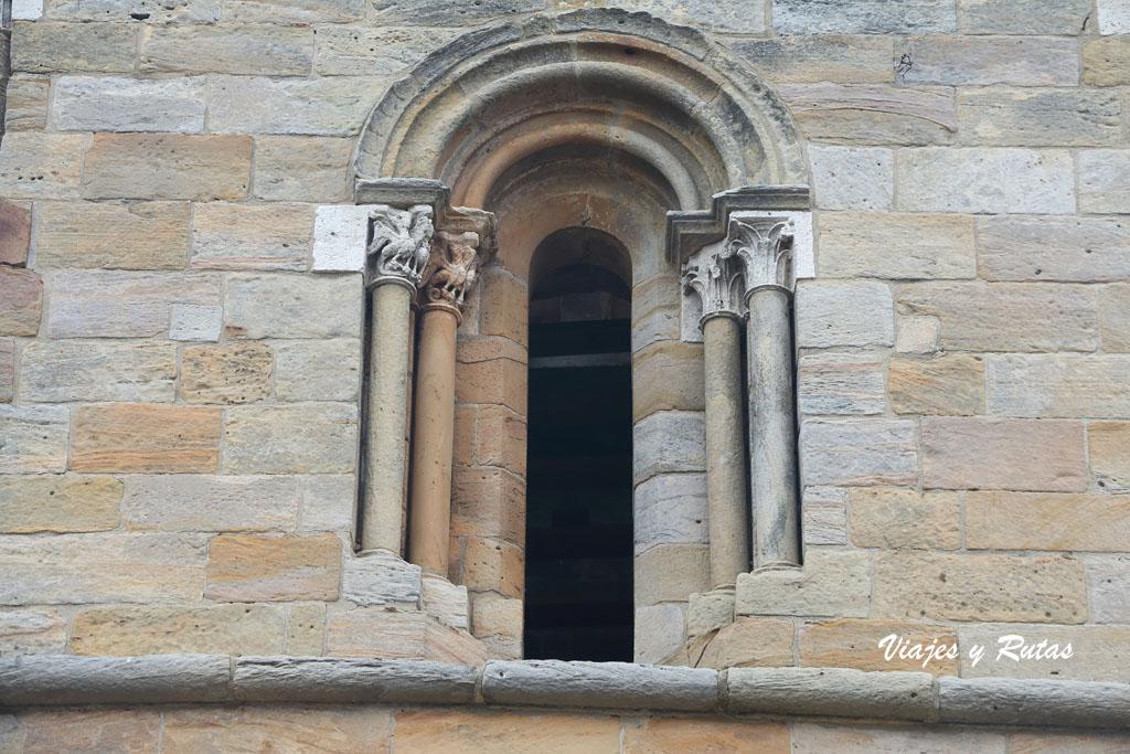 Ventana de la Iglesia de Santa Cecilia de Aguilar de Campoo