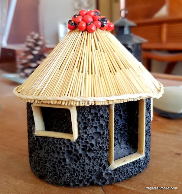 Miniatura de casa típica da Ilha do Fogo, souvenir de Cabo Verde