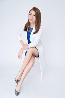 女牙醫師坐姿腿長比例好藍色洋裝