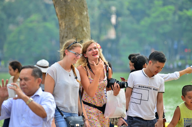 What's on the walking street in Hanoi at the weekend? 3