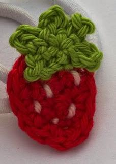 http://www.mycrochetprojects.com/en/crochet/anleitung-fuer-eine-kleine-gehaelkelte-erdbeere.html