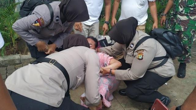 Wanita Gangguan Jiwa Mengamuk dekat Gedung MK, Mau Bunuh Diri dan Ketemu Jokowi