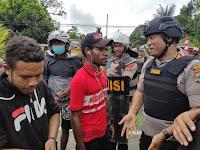 Masyarakat Palang Ruas Jalan Km. 14 Kota Sorong, Kapolres Sorong Aimas Lakukan Negosiasi