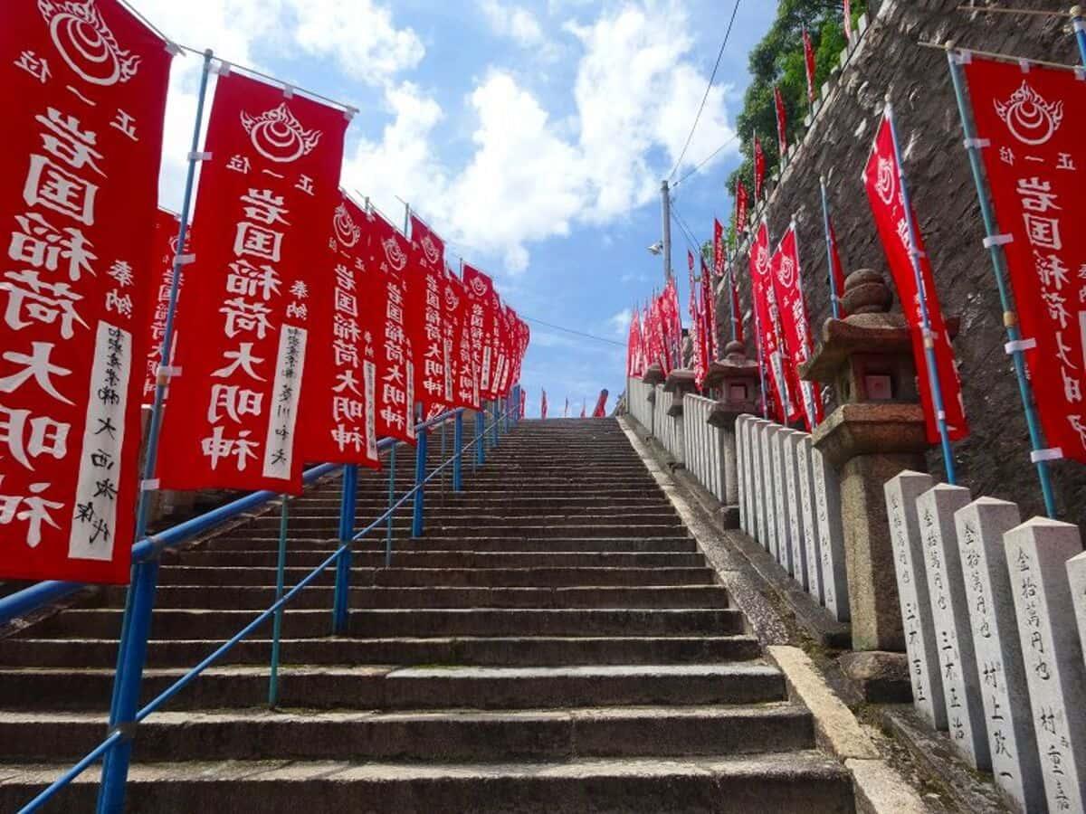 空に向かって伸びる階段。