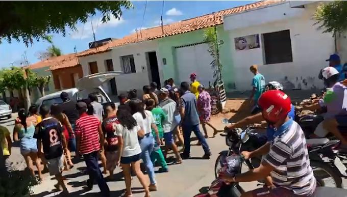 Corpo de jovem morta com golpes de faca é sepultado em Cajazeiras na manhã desta terça-feira