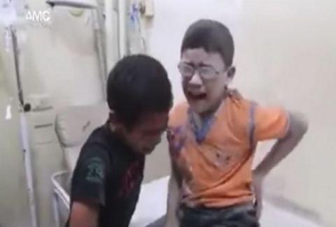 Θα σας σπαράξει την καρδιά: Ο θρήνος δύο αγοριών για τον θάνατο του αδερφού τους (VIDEO)