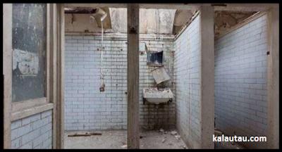 kalautau.com - WC umum tua sebelum di renovasi, Gambar 1