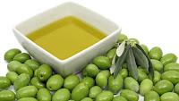 bol con aceite de oliva y aceitunas