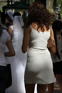 Bella mujer parque tanga marcada vestido