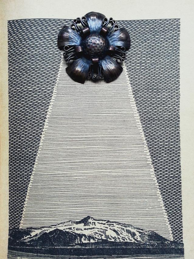 """Miedziany naszyjnik po Prababci na tle książki Juliusza Verne'a """"Wyprawa do wnętrza Ziemi"""" z 1979 roku, ilustracje: Daniel Mróz"""