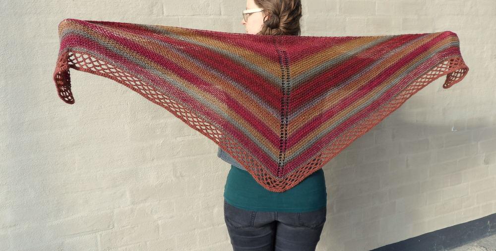 Vår sjal är stickad i Drops Delight nr17 Hallontårta men många garner kan  användas. 35dd8f53bd04d