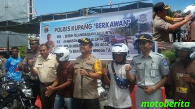 kapolres kupang memberi helm gratis
