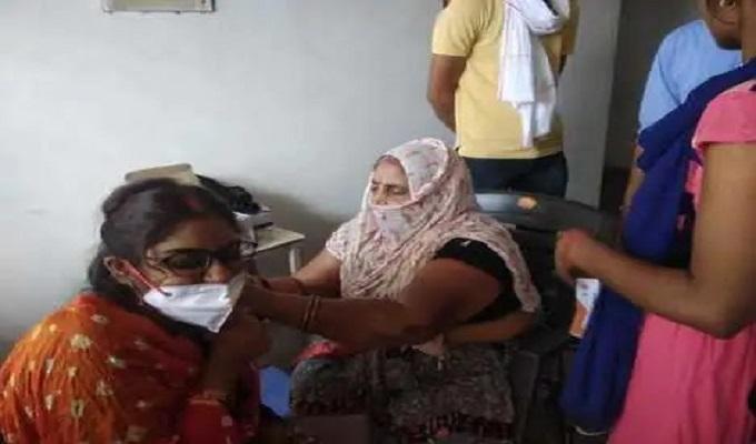 गाजीपुर जिले में कोरोना टीका का दूसरा डोज लेने के लिए केंद्रों पर जुटी भीड़, समाजिक दूरी तो