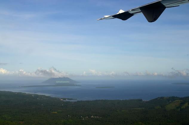 Biru laut dan hijau hutan Papua dari atas pesawat, sebelum landing di Bandara Marinda Ⓒjelajahsuwanto