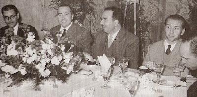 Chocolatada en el Bar La Joia durante el I Torneo Nacional Agustí Pujol 1951 con Medina, Pujol, Miró, Pomar y Ribera