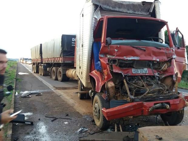Vítimas ficam presas nas ferragens em batida de 3 caminhões na BR 364